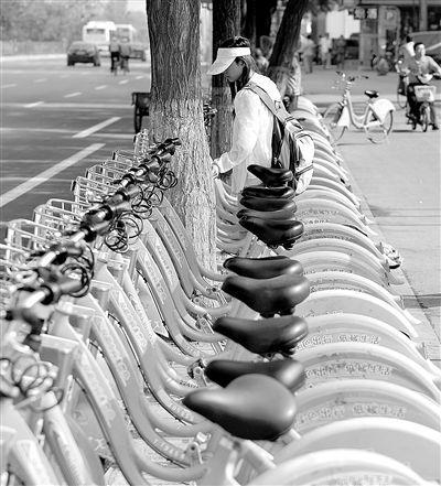 市民在使用公共自行车 图源:新浪图库