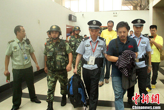 7月15日,广西警方在南宁机场口岸将两名台湾籍通缉逃犯移交给台湾警方。中新社发 李桂涛 摄