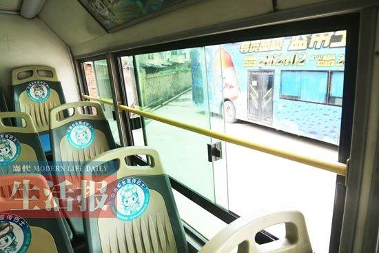 一些公交车在靠后面的车窗设有栏杆。