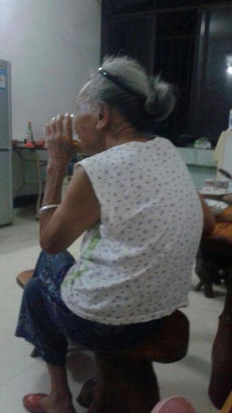图为丽丽80多岁的老奶奶,照片由其本人提供。
