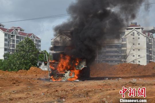 7月16日上午9时许,柳州市一货车在卸土时将高压线挂断触电后引发火灾。杨继恒 摄
