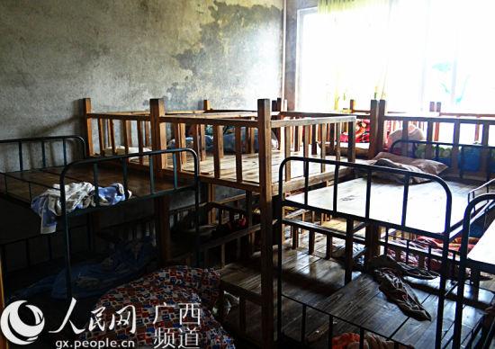 事发幼儿园寂静的儿童寝室。