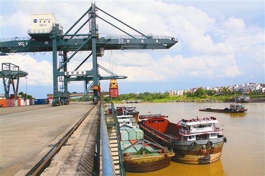 经过打造西江亿吨黄金水道,贵港港货物吞吐量去年增至4900多万吨,比2007年将近翻一番;今年上半年又达2484万吨,比去年同期增长4.44%。图为贵港港罗泊湾作业区。吴晓敏/摄