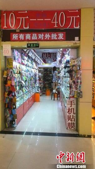7月15日,柳州市龙城地下商业街将消防通道租给他人作为商铺使用。 周潇男 摄