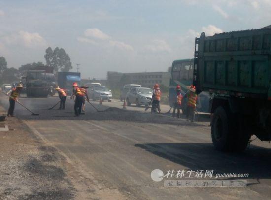 桂阳公路上,工人们正在对道路进行修补。