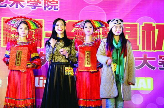 陈永馨曾在广艺校内比赛中获一等奖,这是她上台领奖的照片。图片来源:当代生活报