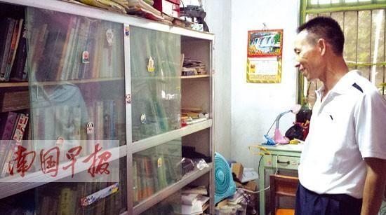 吴善柳的父亲说,书柜里的书都是儿子自己花钱买的,里面有不少关于清华大学的书籍。