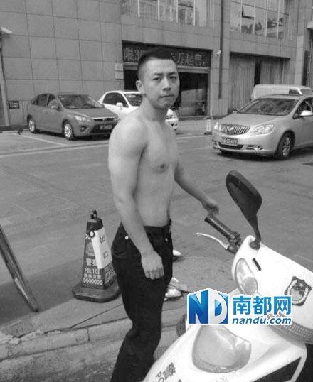 德阳交警二大队警员江虎在冲突现场脱下制服。