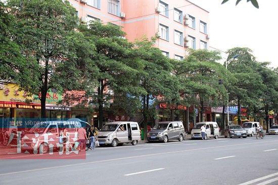 江南客运站旁停着许多拉客的微型车。图片来源:当代生活报