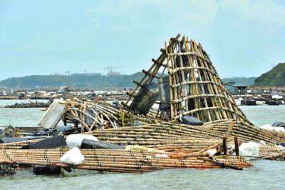 广西钦州市钦南区钦州港被台风吹坏的蚝排(7月20日摄)。新华社发