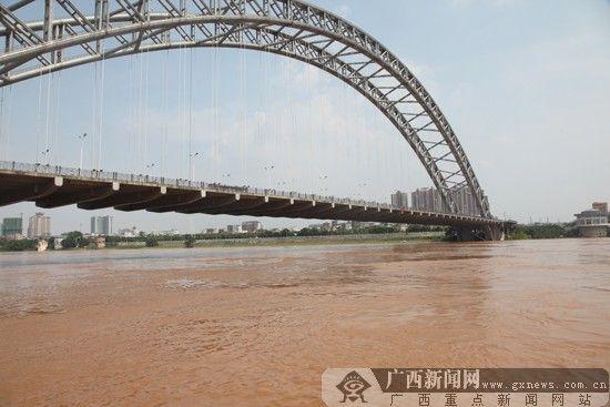 为确保市区跨江桥梁的安全渡汛,对市区局部河段实施禁航。广西新闻网通讯员 黄文彩 摄