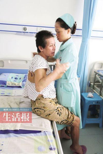 重阳城的护士照顾这位老阿姨。记者 何学俏 摄