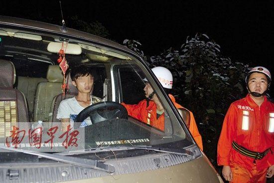 司机在淡定酣睡,任凭救援人员怎么叫唤都没有醒来。