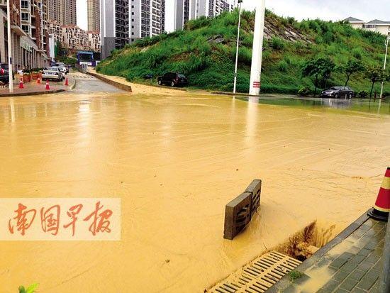 雨水带着建筑工地的大量泥沙流入云景路的收水井里。记者 罗暘 摄