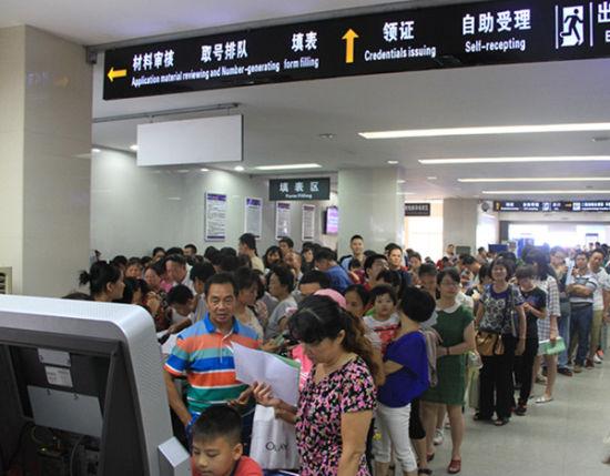 广西各出入境受理窗口申请量急剧增加