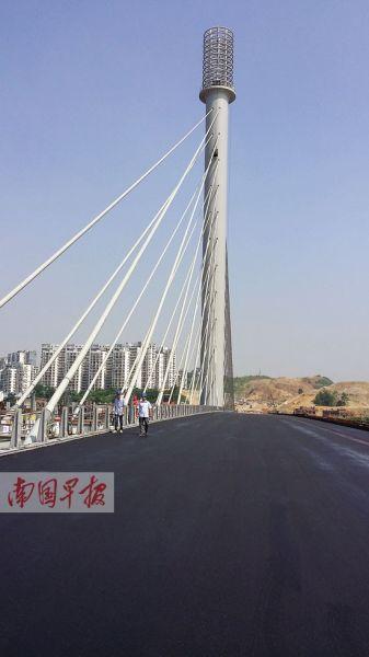 五象大桥主桥的一幅,沥青已铺好。 记者 徐庆成 摄