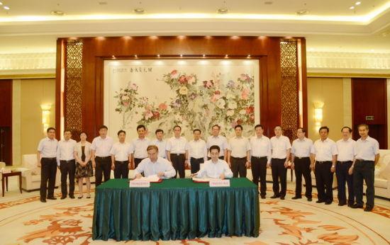 广西自治区主席陈武和中国联通董事长常小兵签署中国联通沃易购运营基地项目战略合作协议