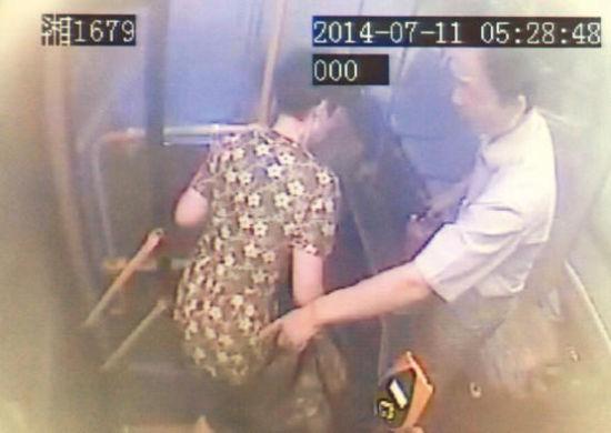 7路公交车内的监控视频记录下驾驶员常建伟的处置过程。