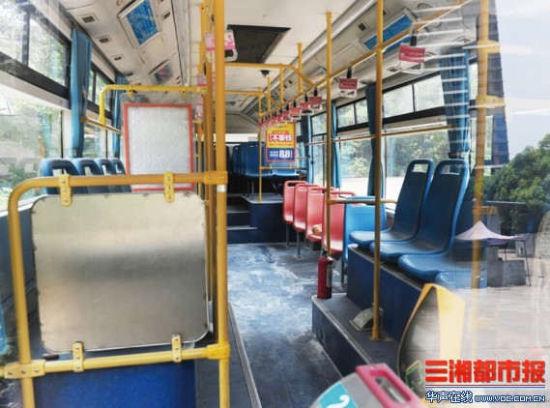 7月11日,龙骧巴士维修厂,发生纵火的7路公交车的车厢内,地板有灭火留下的痕迹。
