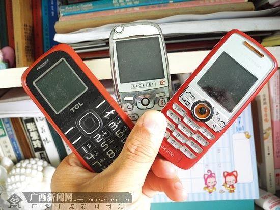 市民陈先生家有3部废旧手机,不知道如何处理才好。图片来源:广西新闻网