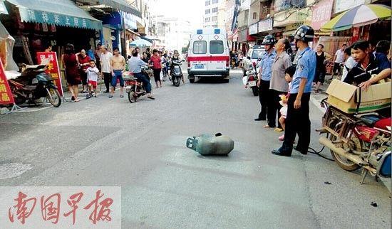 氢气罐掉在路中间。图片来源:南国早报