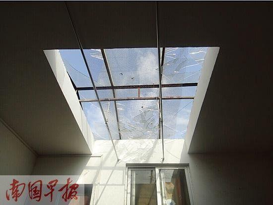 房子的天井玻璃被震碎。警方供图