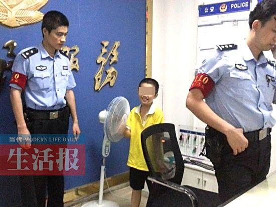 110警务大队值班室,小石头在玩耍。图片来源:当代生活报