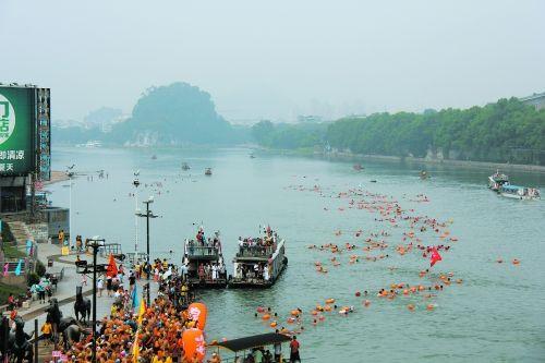 图为600余名游泳爱好者畅游漓江。