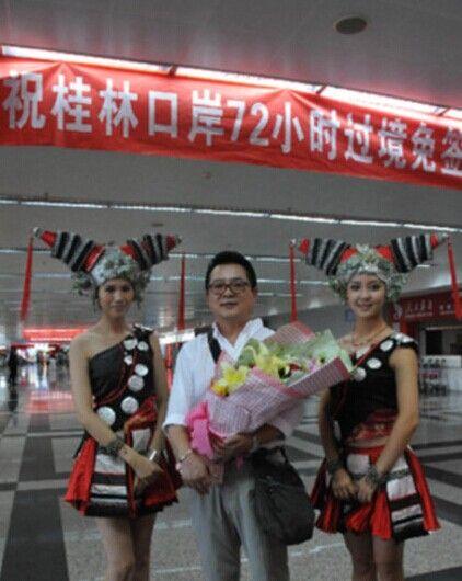 第一位过境免签游客与壮族姑娘合影 图源:赵家志(新华社)