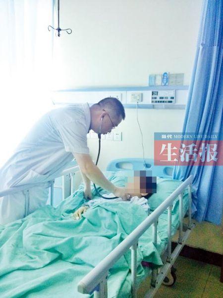 医生检查小亚的身体情况。图片来源:当代生活报