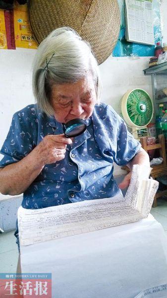 叶竞仁在翻看工资条。图片来源:当代生活报
