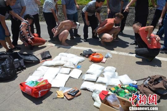 图为警方当场抓获4名嫌疑人,缴获手枪、子弹、新型毒品等。 黄赵 摄