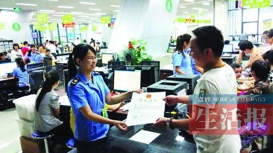 """严先生拿到了南宁首张""""一照多址""""的营业执照。"""