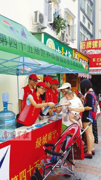 图为志愿者为市民提供服务。 记者 刘冬莲摄