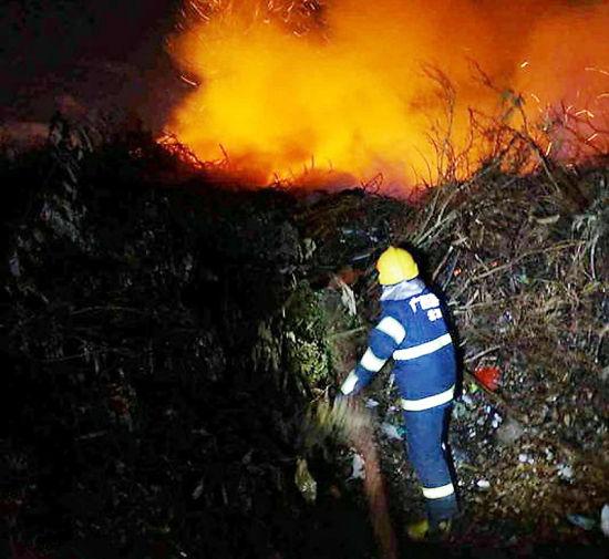 消防官兵正在现场灭火。 南国早报记者 许海鸥摄
