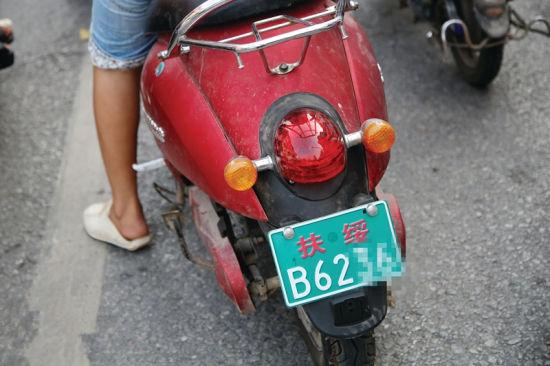 8月1日下午5时许,一辆扶绥牌电动车在南宁市公园路路口出现。 南国早报记者 邹财麟摄