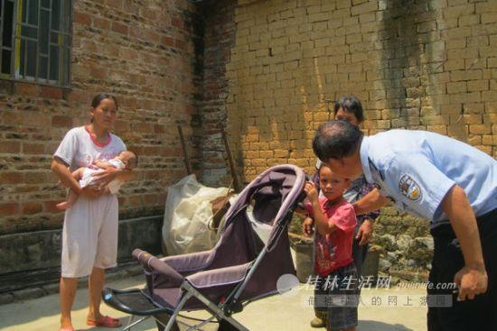 民警夸赞小琳恺(穿红衣者),他获救的妹妹在妈妈怀中(左)。图片来源:当代生活报