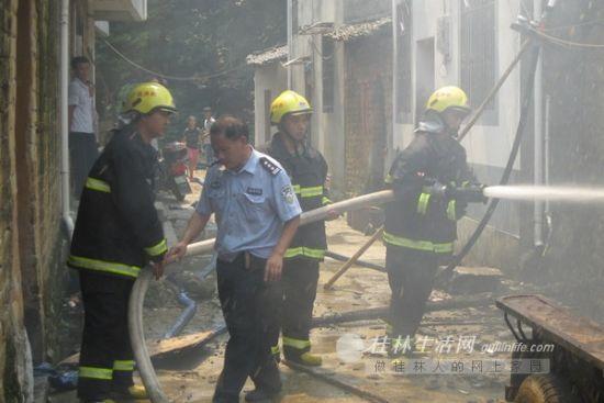 消防官兵在救火。图片来源:桂林生活网