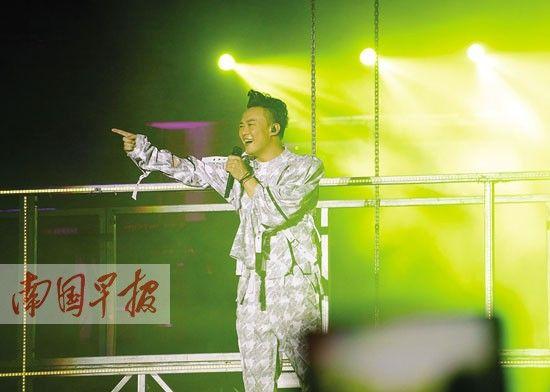 陈奕迅倾情表演回报热情的歌迷。