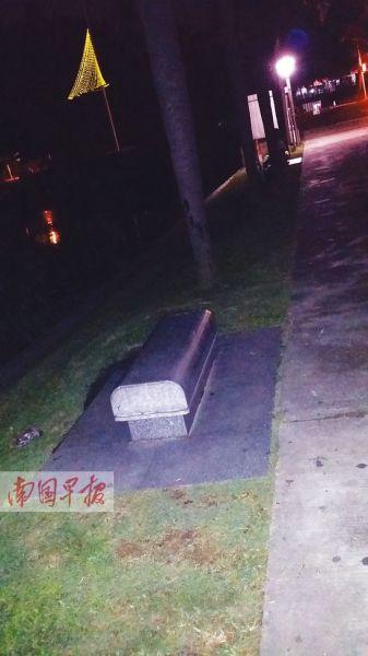就是在这条石凳上,女子被撞进湖中。