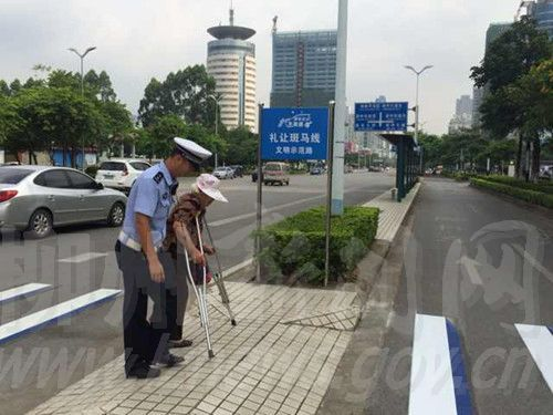 交警扶老奶奶过马路