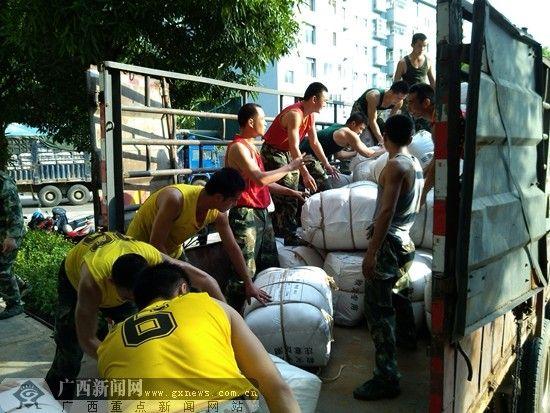 只用了很短时间,武警官兵就将把救灾物资装满货车。自治区民政厅供图