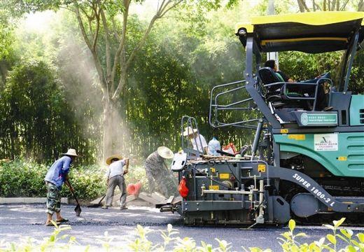 青环路上工人们顶着高温在铺设沥青。生活报记者 周军 摄
