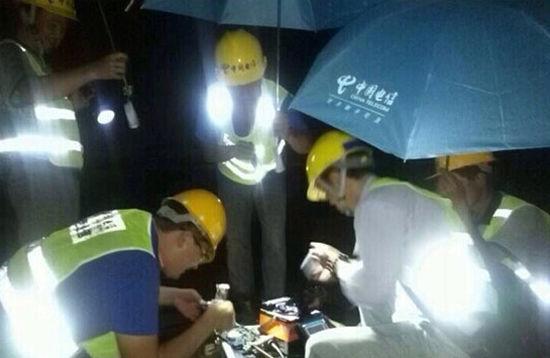 中国电信员工迅速开展抢修工作
