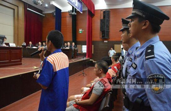 15名70后.80后.90后团伙成员过堂受审。广西新闻网记者周隆富 摄
