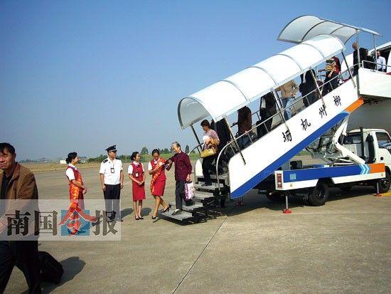 图为旅客在柳州机场内下机。 柳州机场供图