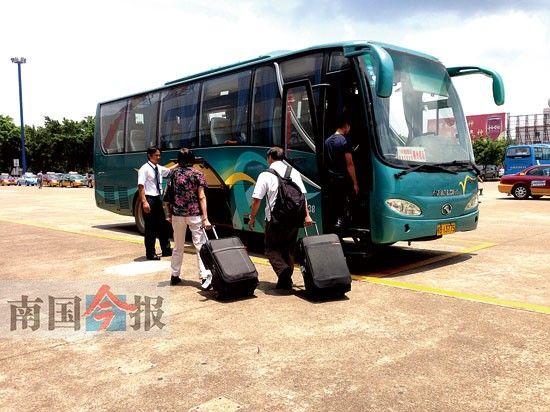 图为旅客在柳州机场乘坐机场大巴。 见习记者朱丽君 摄