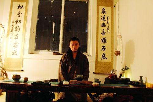 """这位""""90后""""小伙俨然一位古代的修行者。图片来源:桂林生活网"""