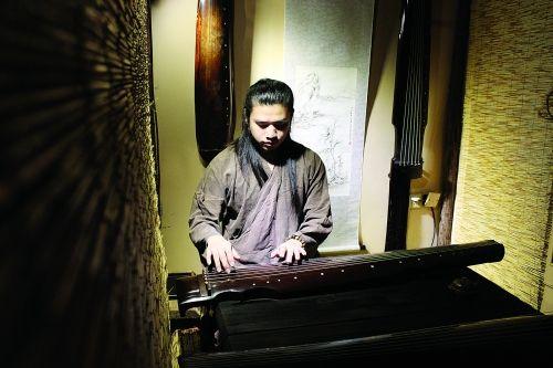 弹奏古琴。图片来源:桂林生活网