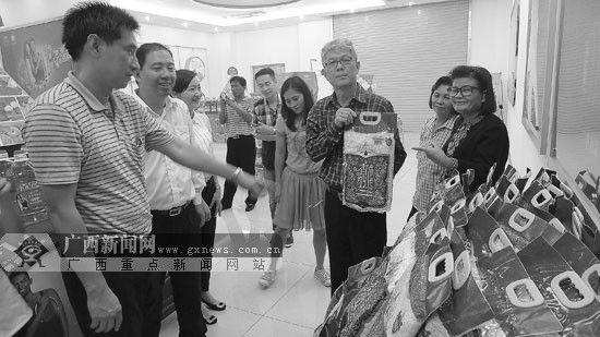 """邦宗市长(右三)在防城港市某企业参观时,饶有兴致地推介泰国""""茉莉香米""""。"""